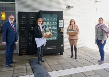 Nahmen den neuen Verkaufsautomaten in Betrieb (von links): Andreas Neuwirth (Obmann der Dienststellenpersonalvertretung), Landesrätin Christiane Teschl-Hofmeister, Landeshauptfrau Johanna Mikl-Leitner und Judith Hartl.