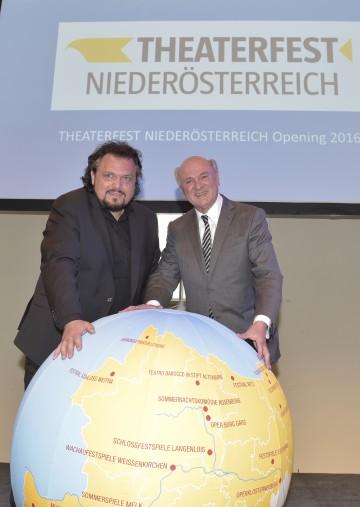 Landeshauptmann Dr. Erwin Pröll und Theaterfest-Obmann Werner Auer bei der Programmpräsentation für das Theaterfest Niederösterreich 2016.