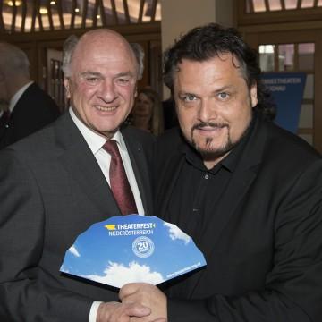 Landeshauptmann Dr. Erwin Pröll mit Theaterfest-Obmann Werner Auer.