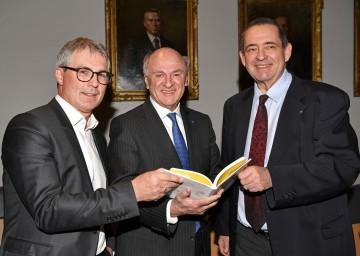 Die beiden Autoren Martin Gebhart (l.) und Thomas Jorda (r.) mit Landeshauptmann a. D. Erwin Pröll.