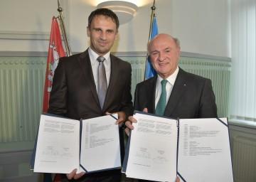 Kreishauptmann Mgr. Jiří Zimola und Landeshauptmann Dr. Erwin Pröll mit den unterzeichneten Verträgen. (v.l.n.r.)