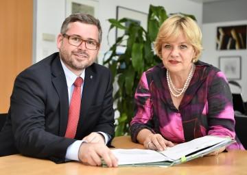 Finanz-Landesrat Ludwig Schleritzko und EU-Landesrätin Barbara Schwarz beim Lesen des EU-Förderberichts (v.l.n.r.)