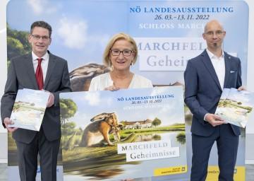 Projektleiter Guido Wirth, Landeshauptfrau Johanna Mikl-Leitner und der wissenschaftliche Leiter der NÖ Landesausstellung 2022, Armin Laussegger präsentieren die Werbelinie zur Landesausstellung 2022.