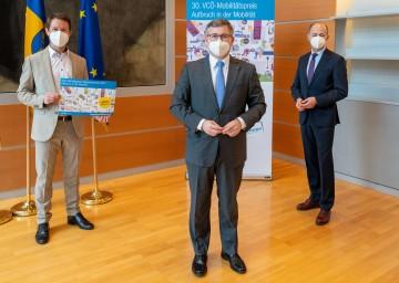 Startschuss zum VCÖ-Mobilitätspreis NÖ 2021 in St. Pölten mit Christian Gratzer vom VCÖ, Mobilitätslandesrat Ludwig Schleritzko und Hubert Kuzdas, Regionalmanager der ÖBB-Postbus GmbH (v.l.n.r.).