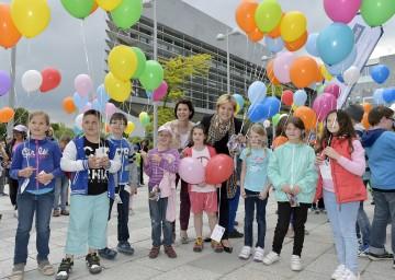 Eröffnung der NÖ Familienland GmbH: Familien-Landesrätin Mag. Barbara Schwarz und Geschäftsführerin Mag. Barbara Trettler mit den Kindern beim Luftballonstart vor dem Landhausschiff.