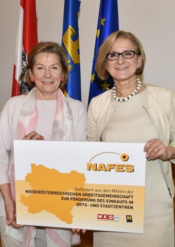 Die Aktion NAFES zur Förderung des Einkaufs in Stadt- und Ortszentren in Niederösterreich wird fortgesetzt. Landeshauptfrau Johanna Mikl-Leitner (rechts) und Sonja Zwazl (links), die Präsidentin der Wirtschaftskammer Niederösterreich (WKNÖ), haben jetzt das NAFES-Abkommen für die Periode 2018 bis 2020 unterzeichnet.