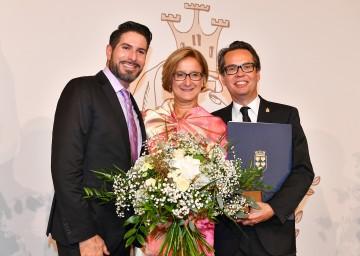 Verleihung der 1. Agnes Nadel an Intendant Michael Garschall (rechts) durch Laudator Clemens Unterreiner und Landeshauptfrau Johanna Mikl-Leitner (v.l.n.r.)