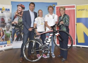 Ironman 70.3 in St. Pölten: Organisator Christoph Schwarz, Lokalmatadorin Michaela Rudolf, Olympionike Andreas Giglmayr, Landesrätin Dr. Petra Bohuslav (v.l.n.r.)