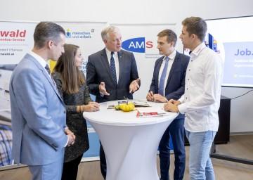 """Sprachen über """"Job.Start+"""" (von links): MAG-Geschäftsführer Martin Etlinger, Julia Speiser, Landesrat Martin Eichtinger, AMS-NÖ-Geschäftsführer Sven Hergovich und Philipp Kager."""