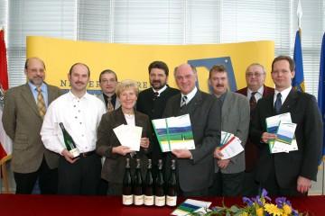 Landeshauptmann Dr. Erwin Pröll präsentierte heute die Schwerpunkte der NÖ Landesausstellung 2005. Im Bild der Landeshauptmann mit Vertretern aus der betroffenen Region Schmidatal im Bezirk Hollabrunn.