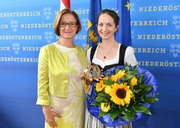 Landeshauptfrau Johanna Mikl-Leitner gratulierte Julia Herzog zur Wahl zur NÖ Weinkönigin. (v.l.n.r.)