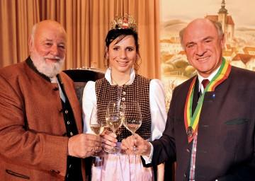 Landesweintaufe in Poysdorf: Im Bild Landeshauptmann Dr. Erwin Pröll, Weinkönigin Simone Jordan und Weinpate Sepp Forcher (v.r.n.l.).