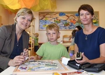 Landesrätin Mag. Barbara Schwarz besuchte im Kindergarten Obergrafendorf Emil Hausmann und seine Mutter Petra Hausmann (Gemeinschaft Eltern und Freunde Hörgeschädigter) und informierte sich über den Einsatz von Tonübertragungsanlagen bei Höreinschränkungen. (v.l.n.r.)