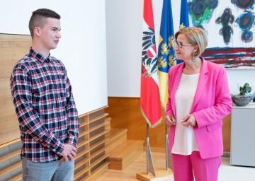 Landeshauptfrau Johanna Mikl-Leitner im Gespräch mit Alexander Rauscher, der gerade eine Lehre in der IT-Abteilung des Landes NÖ absolviert.