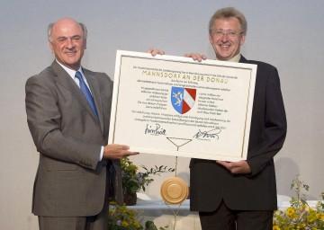 Gemeindewapen für Mannsdorf an der Donau. Im Bild Landeshauptmann Dr. Erwin Pröll und Bürgermeister Norbert Unger.