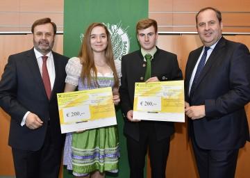 Landtagspräsident Ing. Hans Penz (links im Bild) und DI Josef Pröll mit den Stipendiaten Lydia Schachinger (WU Wien) und Matthias Pfeiffer (Francisco Josephinum).