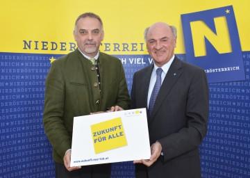 Landeshauptmann Dr. Erwin Pröll und Dr. Christian Milota, Geschäftsführer der Landesakademie, präsentierten die Bürgerbeteiligungsaktion.