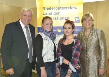 Tech-Dating in Amstetten: Landesschulrats-Präsident Mag. Johann Heuras, Tanja Offenthaler, Yasmin Dede (beide Schülerinnen des Poly Amstetten) sowie Frauen- und Bildungs-Landesrätin Mag. Barbara Schwarz.
