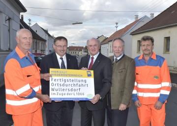 Landeshauptmann Dr. Erwin Pröll, Straßenbaudirektor DI Peter Beiglböck und LAbg. Richard Hogl freuen sich über den Abschluss der Bauarbeiten für die Ortsdurchfahrt Wullersdorf.