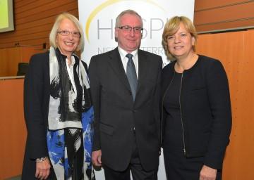 Im Bild von links nach rechts: Dr. med. Brigitte Riss (Vorsitzende des Landesverbandes Hospiz NÖ), Dr. Otto Huber (Leiter der Gruppe Gesundheit & Soziales beim Amt der NÖ Landesregierung), Landesrätin Mag. Barbara Schwarz