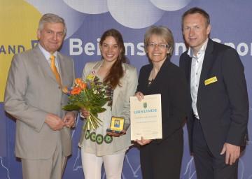 Bgm. Alfred Riedl, Kanuistin Viktoria Wolffhardt, LR Dr. Petra Bohuslav und Toni Pfeffer (vlnr) bei der Ehrung der NÖ Staatsmeister 2012 in Grafenwörth.