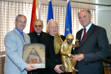 Bis 2010 soll nun auch die Wallfahrtskirche Maria Taferl restauriert werden. Im Bild Landeshauptmann Dr. Erwin Pröll mit Diözesanbischof Dr. Kurt Krenn und Vertretern der Pfarre und der Gemeinde.