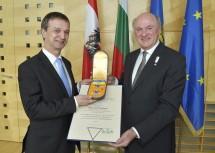 """Der bulgarische Außenminister S. E. Mag. Radi Naidenov wurde von Landeshauptmann Dr. Erwin Pröll mit dem """"Silbernen Komturkreuz mit dem Stern des Ehrenzeichens für Verdienste um das Bundesland Niederösterreich"""" ausgezeichnet."""