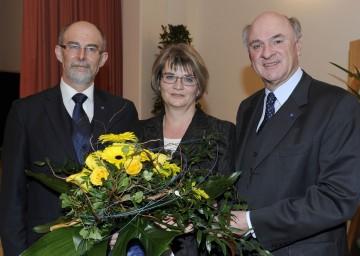 Landeshauptmann Dr. Erwin Pröll mit BH Dr. Dr. Waltraud Müllner-Toifl (Mitte) und BH Dr. Norbert Haselsteiner (links) bei der Amtsübergabe.