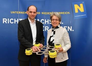 Neue Digitalisierungsstrategie für das Land Niederösterreich vorgestellt. Im Bild von links nach rechts: Hans-Peter Buber von der Firma Microtronics und Landesrätin Petra Bohuslav