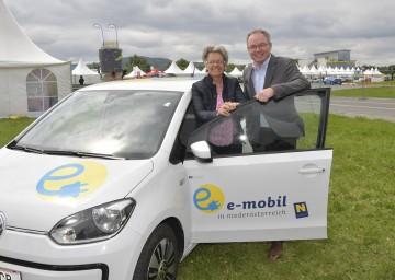Wirtschafts-Landesrätin Dr. Petra Bohuslav und LH-Stellvertreter Dr. Stephan Pernkopf beim e-Mobilitätstag in Melk (v.l.n.r.)