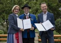 Ehrenzeichenverleihung an Franz Eder (r.) und Robert Eder (m.) durch die Landeshauptfrau.