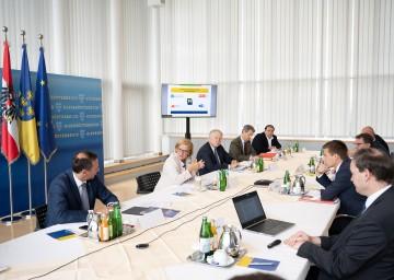 Wirtschafts-Landesrat Jochen Danninger, Landeshauptfrau Johanna Mikl-Leitner und Arbeitsmarkt-Landesrat Martin Eichtinger (alle drei links) beim Arbeitsmarktgipfel mit den Sozialpartnern, Experten und Unternehmern.