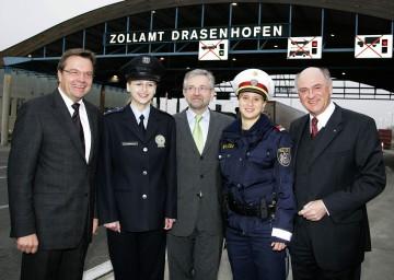Erweiterung der Schengen-Grenze: Landeshauptmann Dr. Erwin Pröll, Vizekanzler Wilhelm Molterer und Bundesminister Günther Platter besuchten heute den Grenzübergang Drasenhofen (v.r.n.l.).