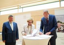Landeshauptfrau Johanna Mikl-Leitner und Bundesminister Heinz Faßmann unterzeichneten die 15a-Vereinbarung im Beisein von IST Austria-Präsident Thomas Henzinger