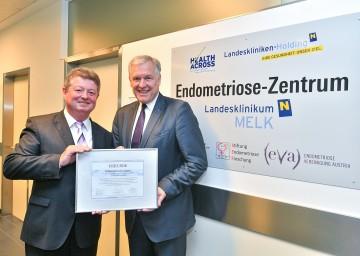 Landesrat Martin Eichtinger und Anton Tesařík, Ratsmitglieder der Region Südmähren, mit der Urkunde der EU-Zertifizierung der Stufe 1 für das Endometriose-Zentrum im Landesklinikum Melk (v.r.n.l.)