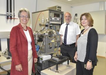 Im Bild von links nach rechts: Landesrätin Dr. Petra Bohuslav, Dr. Norbert Gamsjäger, Geschäftsführer Aerospace & Advanced Composits GmbH, und technet equity-Geschäftsführerin DI Dr. Doris Agneter