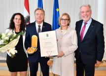 Gratulation zum Ehrenzeichen für SP-Klubobmann Alfredo Rosenmaier (2.v.l.): Doris Rosenmaier, Landeshauptfrau Johanna Mikl-Leitner und VP-Klubobmann Klaus Schneeberger (v.l.n.r.)