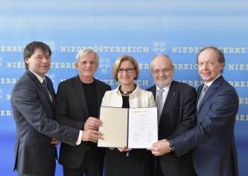 Kooperationsvereinbarung unterzeichnet: Geschäftsführer Josef Berger, Primar Friedrich Riffer, Landeshauptfrau Johanna Mikl-Leitner, Rektor Rudolf Mallinger und Geschäftsführer Andreas Reifschneider (v. l. n. r.).
