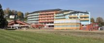 Das neue Kurzentrum wurde binnen 18 Monaten errichtet und verfügt über 148 Zimmer. Es werden 100 verschiedene Therapieformen angeboten.