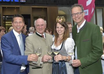 """Bei der Eröffnung von \""""Weinviertel am Graben\"""": Landtagsabgeordneter Mag. Kurt Hackl, Landeshauptmann Dr. Erwin Pröll, Weinkönigin Christina Hugl und DI Hannes Weitschacher (Geschäftsführer Weinviertel Tourismus). (v. l. n. r. )"""