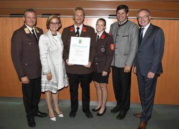 Die Freiwillige Feuerwehr Stranzendorf (Gemeinde Rußbach) erhielt eine Urkunde für ihr 125-jähriges Bestehen von Landeshauptfrau Johanna Mikl-Leitner (2.v.l.), LH-Stellvertreter Stephan Pernkopf (rechts) und Landesfeuerwehrkommandant Dietmar Fahrafellner (links) überreicht.