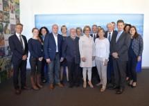 """Die Teilnehmerinnen und Teilnehmer des Dialogs """"Wirtschaft und Arbeit"""" in Rückersdorf-Harmannsdorf mit Landeshauptfrau Johanna Mikl-Leitner"""