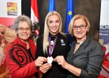 Sport-Landesrätin Petra Bohuslav (links) und Landeshauptfrau Johanna Mikl-Leitner (rechts) gratulierten Ivona Dadic (Mitte) zur Silbermedaille im Fünfkampf bei der Weltmeisterschaft in Birmingham.