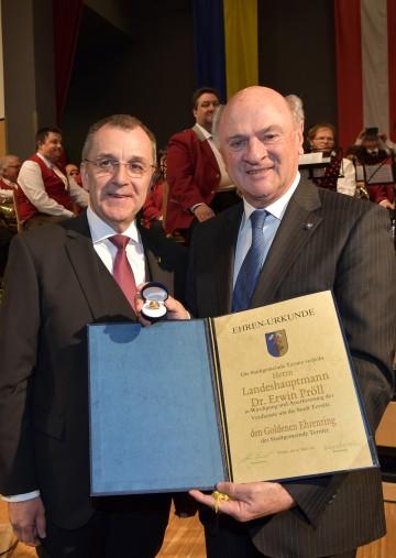 """Bürgermeister LAbg. Rupert Dworak überreichte Landeshauptmann Dr. Erwin Pröll den """"Goldenen Ehrenring der Stadtgemeinde Ternitz"""". (v.l.n.r.)"""