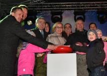 """Durch das Drücken auf den großen roten Knopf wurde die Erstbeleuchtung von """"Weihnachten im Park"""" mit Landeshauptfrau Johanna Mikl-Leitner (Mitte) aktiviert."""