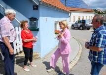 Landeshauptfrau Johanna Mikl-Leitner beim Gespräch mit Betroffenen