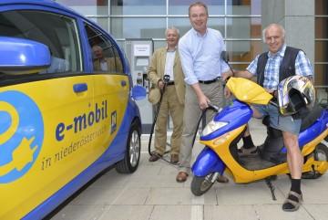 Umwelt-Landesrat Dr. Stephan Pernkopf beim Praxistest der E-Mobilität.
