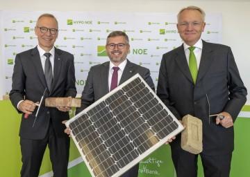 Finanz-Landesrat Ludwig Schleritzko (Mitte) mit den beiden Vorständen der HYPO NOE Wolfgang Viehauser (links) und Udo Birkner (rechs)