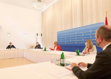 Öffnungsgipfel: Politische Verantwortungsträger mit Gesundheitsexperten und Vertretern der Wirtschaft im NÖ Landhaus