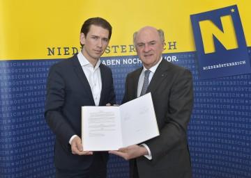 Landeshauptmann Dr. Erwin Pröll und Bundesminister Sebastian Kurz unterzeichneten 15a-Vertrag.